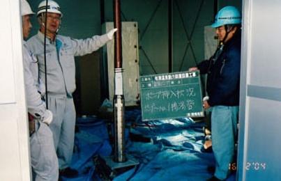 温水ポンプ工事・水中ポンプ挿入状況